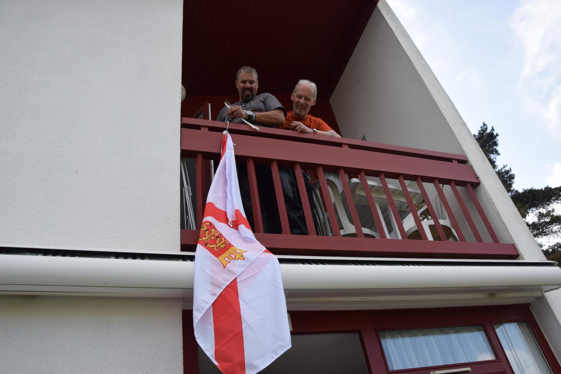 Nos amis de Jersey posent leur drapeau,