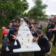 Des bikers à table