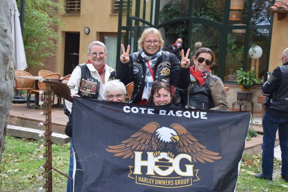 Les LADIES avec le drapeau du chapeau de Bayonne