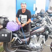 On prépare les motos pour le départ