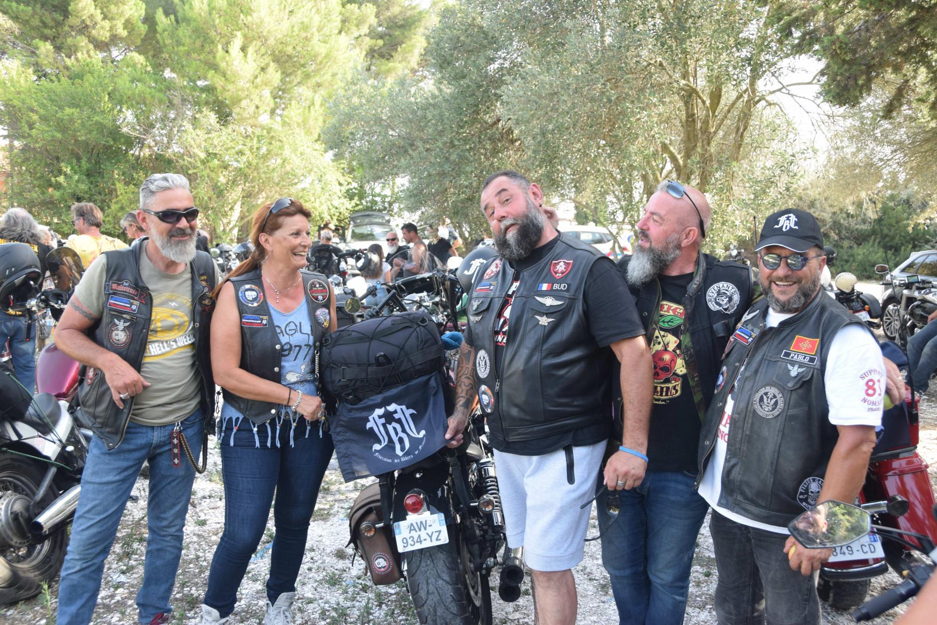 Clique pour la parade motos sur le port de Bouzigues,